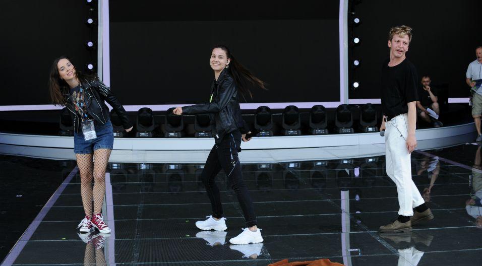 """Na scenie pojawią się także reprezentanci młodego pokolenia. Maciej Musiałowski, Pola Gonciarz, Maria Pawłowska wspólnie dopracowują rockowy hit """"Nieboskłon"""" (fot. N. Młudzik/TVP)"""