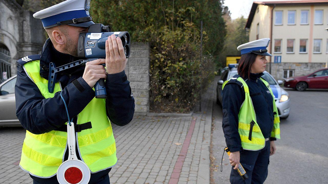 Nowe rozporządzenie rozszerza także katalog możliwości wpuszczenia kierowcy kontrolowanego pojazdu do radiowozu (fot.  PAP/Darek Delmanowicz)