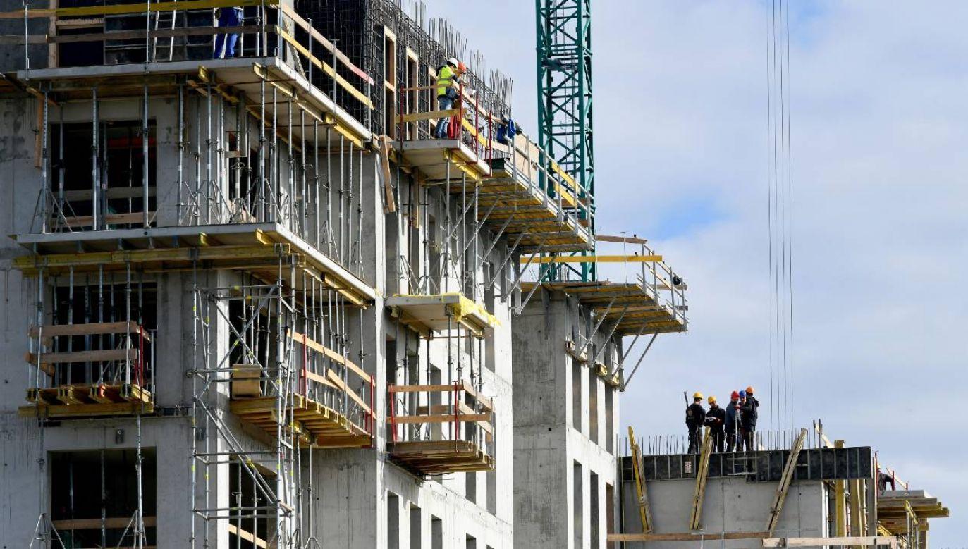 Budowa bloku mieszkalnego w Rzeszowie (fot. PAP/Darek Delmanowicz)