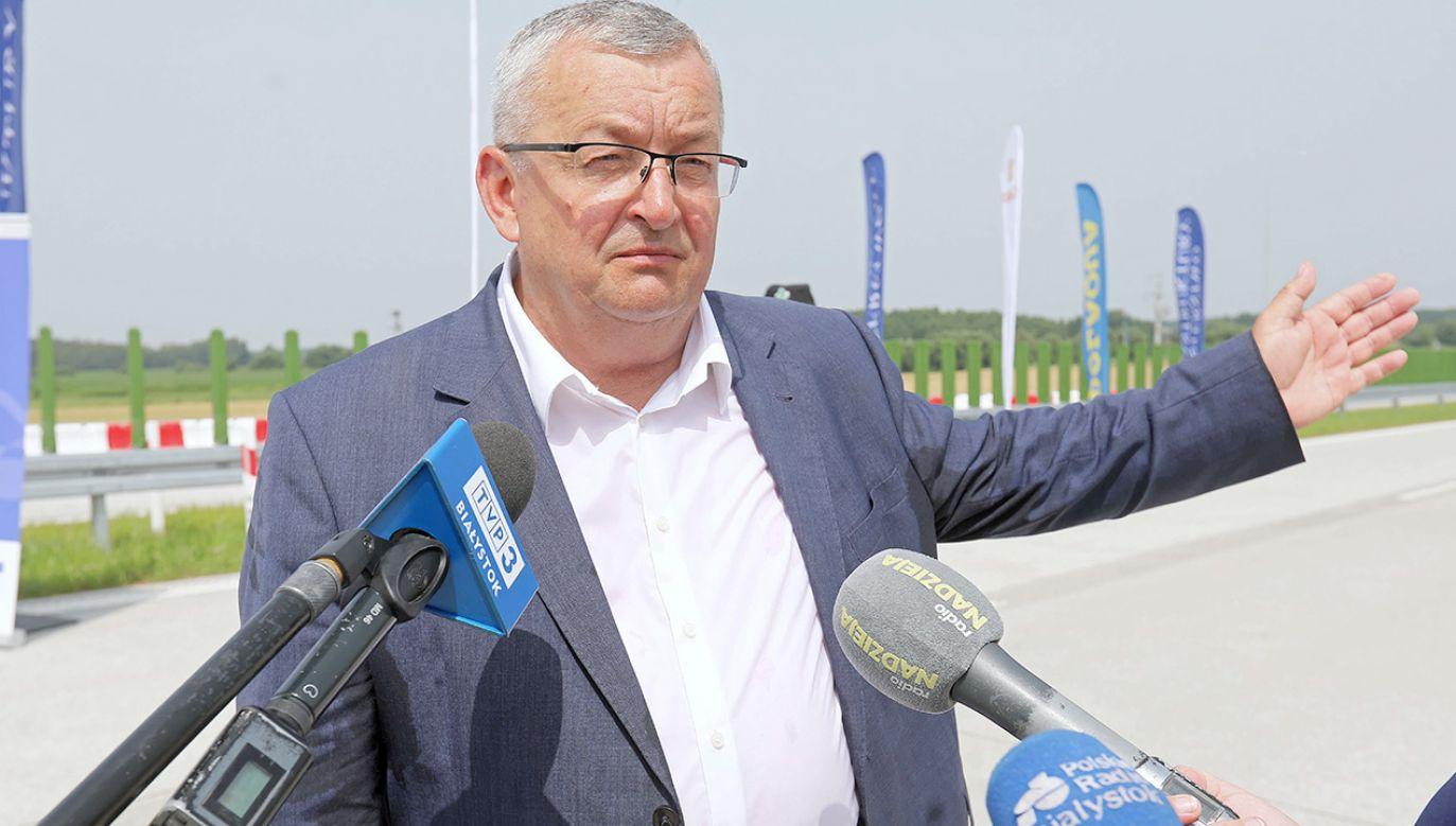 Szef resortu infrastruktury Andrzej Adamczyk podczas poniedziałkowego briefingu w Modlnicy k. Krakowa (fot.  PAP/Artur Reszko)