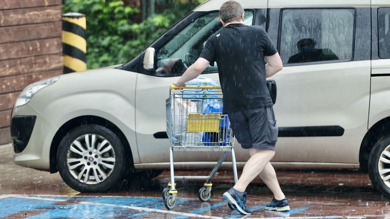 W sklepach nadal obowiązuje rygor sanitarny i limity osób (fot. PAP/G.Momot)
