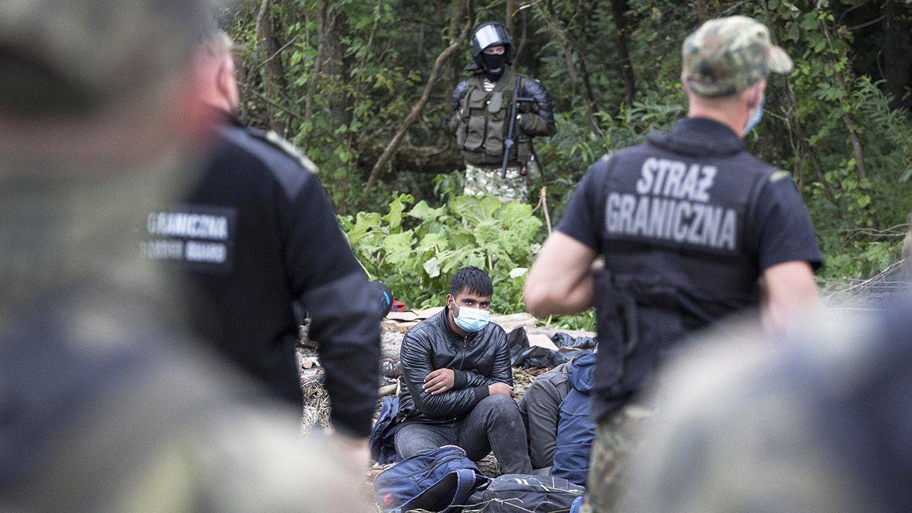 Białorusini coraz częściej wykonują także ruchy naśladujące rzut granatem na polską stronę (fot. Maciej Luczniewski/NurPhoto via Getty Images)