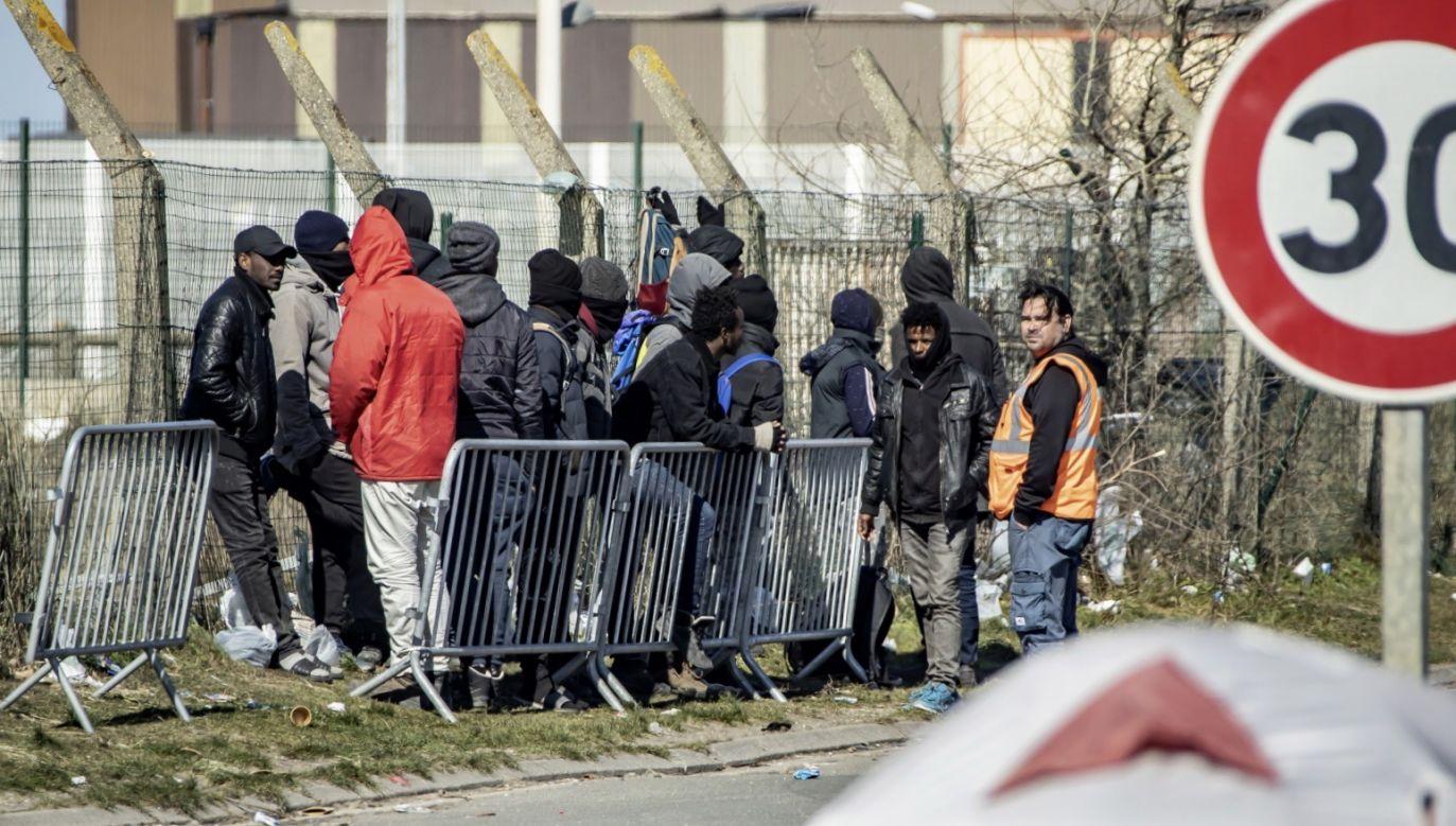 Źródła sporu sięgają 2015 r., gdy w odpowiedzi na kryzys migracyjny Rada UE przyjęła decyzje dotyczące relokacji migrantów (fot. PAP/ EPA/SEBASTIEN COURDJI)
