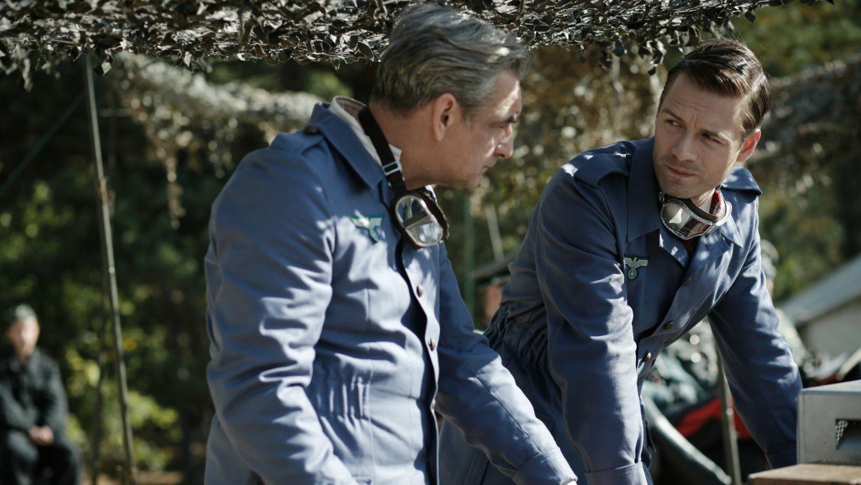 Gdy Leon orientuje się, że jego mentor nie opuści już terenu poligonu obmyśla własny plan ucieczki (fot. TVP)