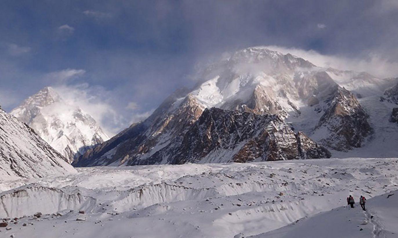 Karawana przebija się przez Concordię; w tle Broad Peak i K2 (fot. Wyprawa K2)