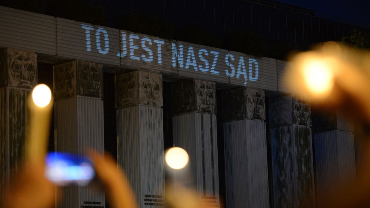 Napis na fasadzie oburzył część internautów (fot. PAP/Jacek Turczyk)