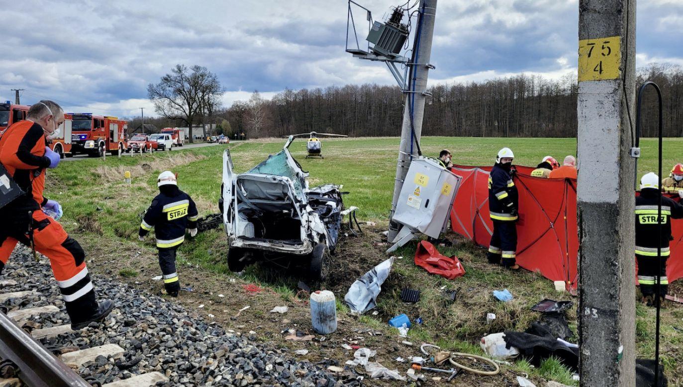 Na miejscu wypadku pracują policjanci i prokurator (fot. PAP/KPP Chodzież)