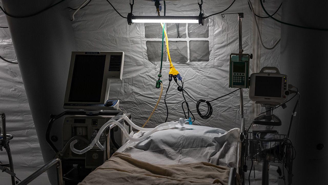 Choć u większości zakażonych przebieg choroby jest na tyle łagodny, że nie potrzebują hospitalizacji, to poważne symptomy mogą pojawić się u wszystkich, także u młodych osób (fot. Misha Friedman/Getty Images)