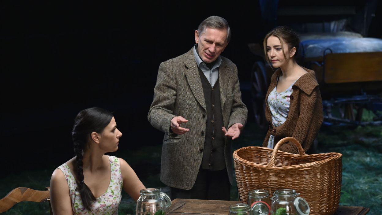 """Pół wieku po debiucie znów pojawił się w """"Ślubach panieńskich"""" – jako Radost, a jednocześnie reżyser spektaklu z Teatru Narodowego (fot. TVP)"""