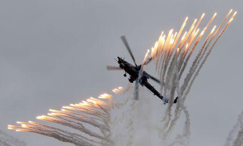 Mi-28N zespołu akrobacyjnego śmigłowców bojowych Berkuty (Złote Orły) podczas imprezy z okazji 25-lecia grup akrobacyjnych Striżi  (Jerzyki, zespół wykorzystuje samoloty MiG-29) oraz Russkije Witiazi (Rosyjscy Rycerze, akrobacje na Su-27, a od 2017 roku na myśliwcach Su-30SM) w bazie lotniczej Kubinka w regionie moskiewskim. Rosja, 21 maja 2016 r. Fot. Marina Lystseva \ TASS via Getty Images