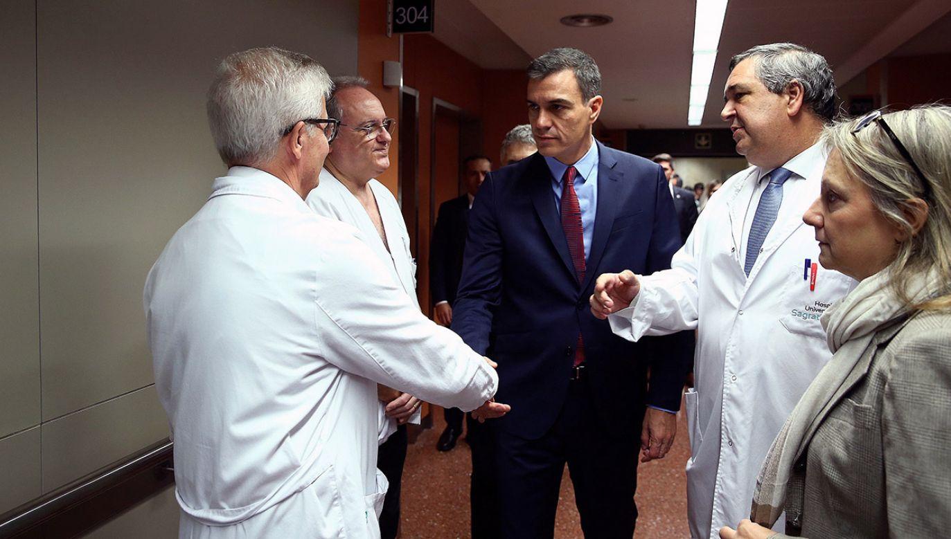 Pedro Sánchez spotkał się z policjantami w Barcelonie (fot. PAP/EPA/Fernando Calvo)
