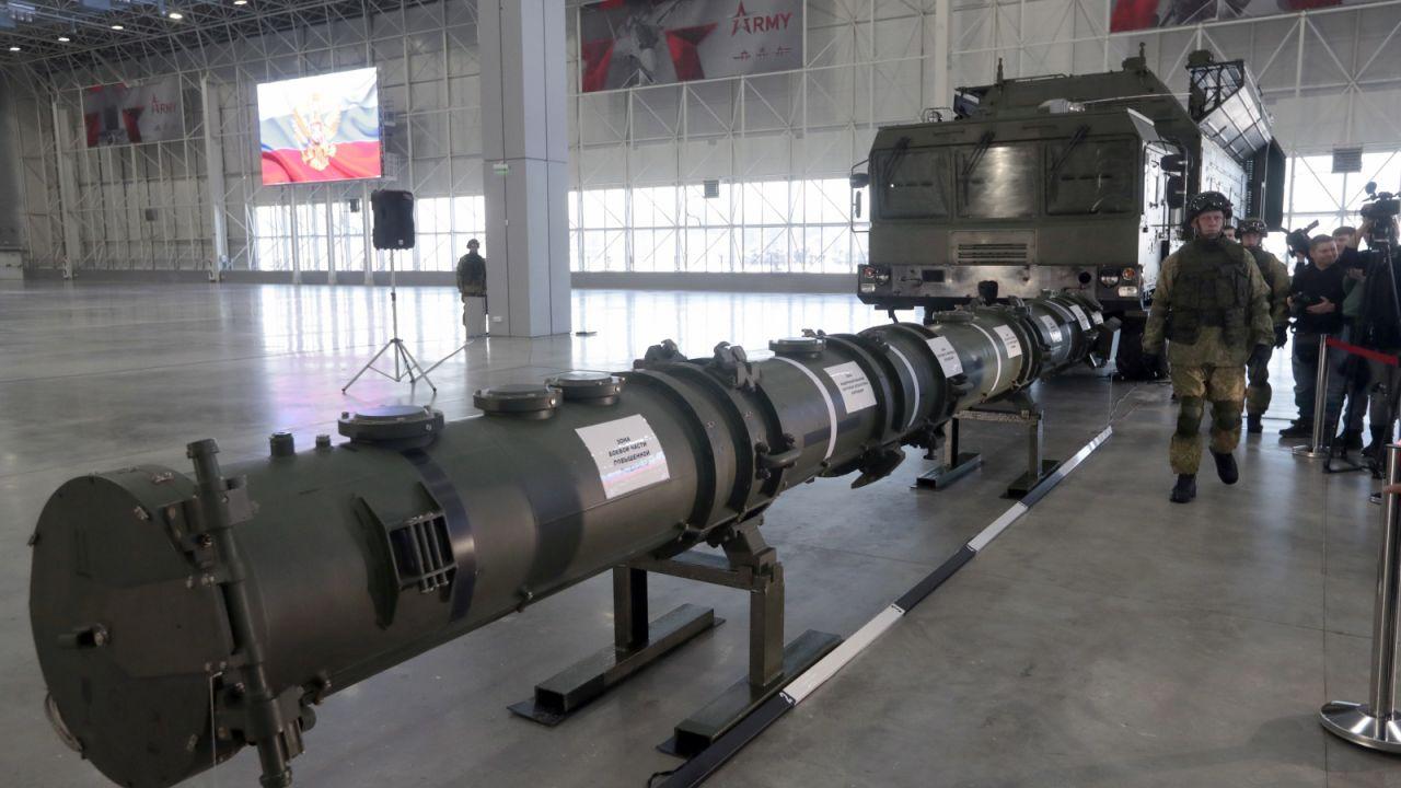 Iskander, rosyjski pocisk balistyczny (fot. PAP/EPA/SERGEI CHIRIKOV)