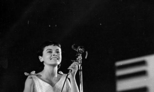 """W serialu """"Wojna domowa"""" zaśpiewała szlagier """"Nie bądź taki szybki Bill"""", za który otrzymała w 1966 r. w Opolu Nagrodę Przewodniczącego Komitetu ds. Radia i Telewizji. Królowa bigbitu była uwielbiana też. m.in. za """"Małego księcia"""", """"O mnie się nie martw"""", """"Biedroneczki są w kropeczki"""" czy """"Trzynastego"""", dzięki któremu w 1967 r. zdobyła Nagrodę Towarzystwa Przyjaciół Opola. Na zdjęciu podczas występu w 1967 r. Fot. PAP/CAF-Janusz Uklejewski"""