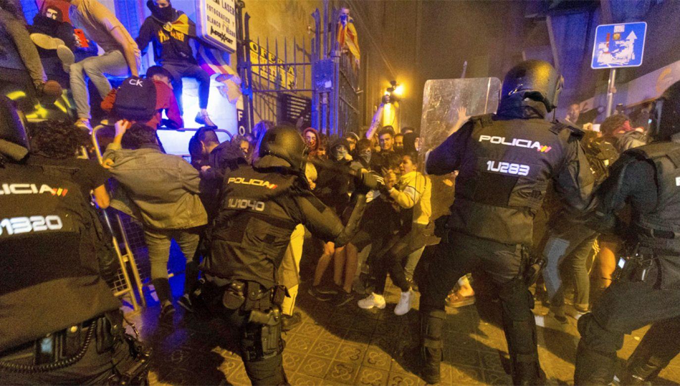 Policja użyła wobec demonstrantów pałek (fot. PAP/EPA/ENRIC FONTCUBERTA)