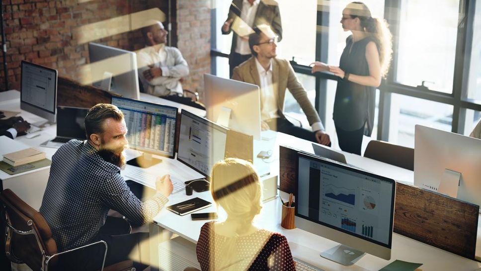 Według ekspertów mogą zyskiwać tańsze lokalizacje poza centrum (fot. Shutterstock/Rawpixel.com)