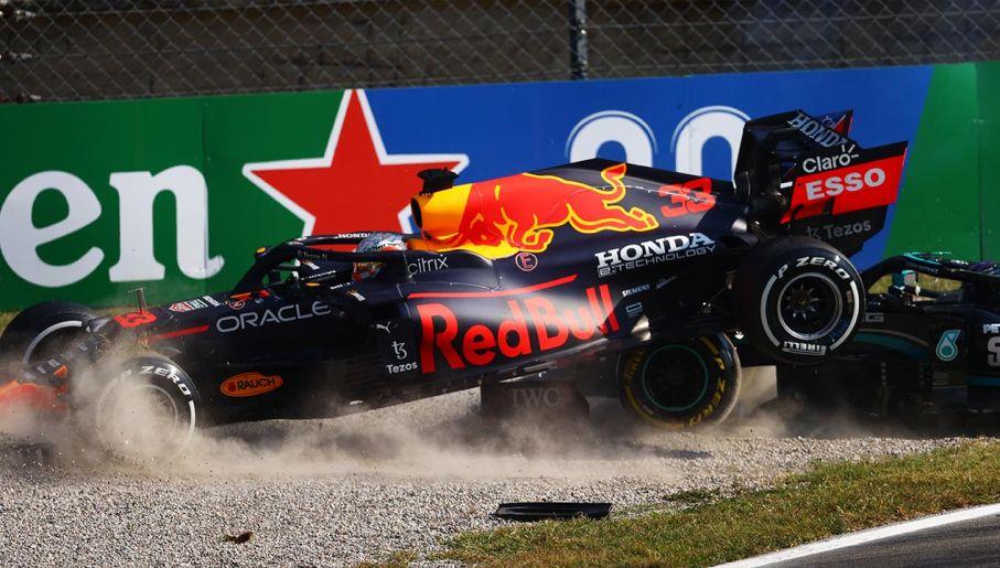 Bolid Verstappena wyleciał w powietrze i uderzyłw tył samochodu Hamiltona (fot.  Dan Istitene - Formula 1/Formula 1 via Getty Images)