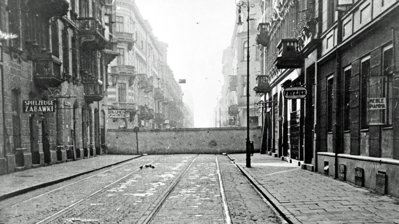 Mur getta w Warszawie (fot. Universal History Archive/UIG via Getty Images)
