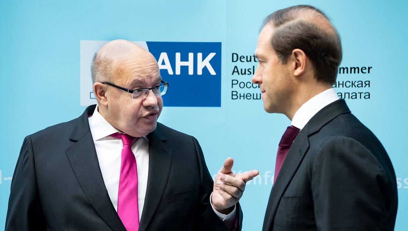 Szef niemieckiego resortu gospodarki Peter Altmaier (z lewej) spotkał się z rosyjskim ministrem ds. przemysłu i handlu Denisem Manturowem (fot. arch. DPA/PAP/Bernd von Jutrczenka)