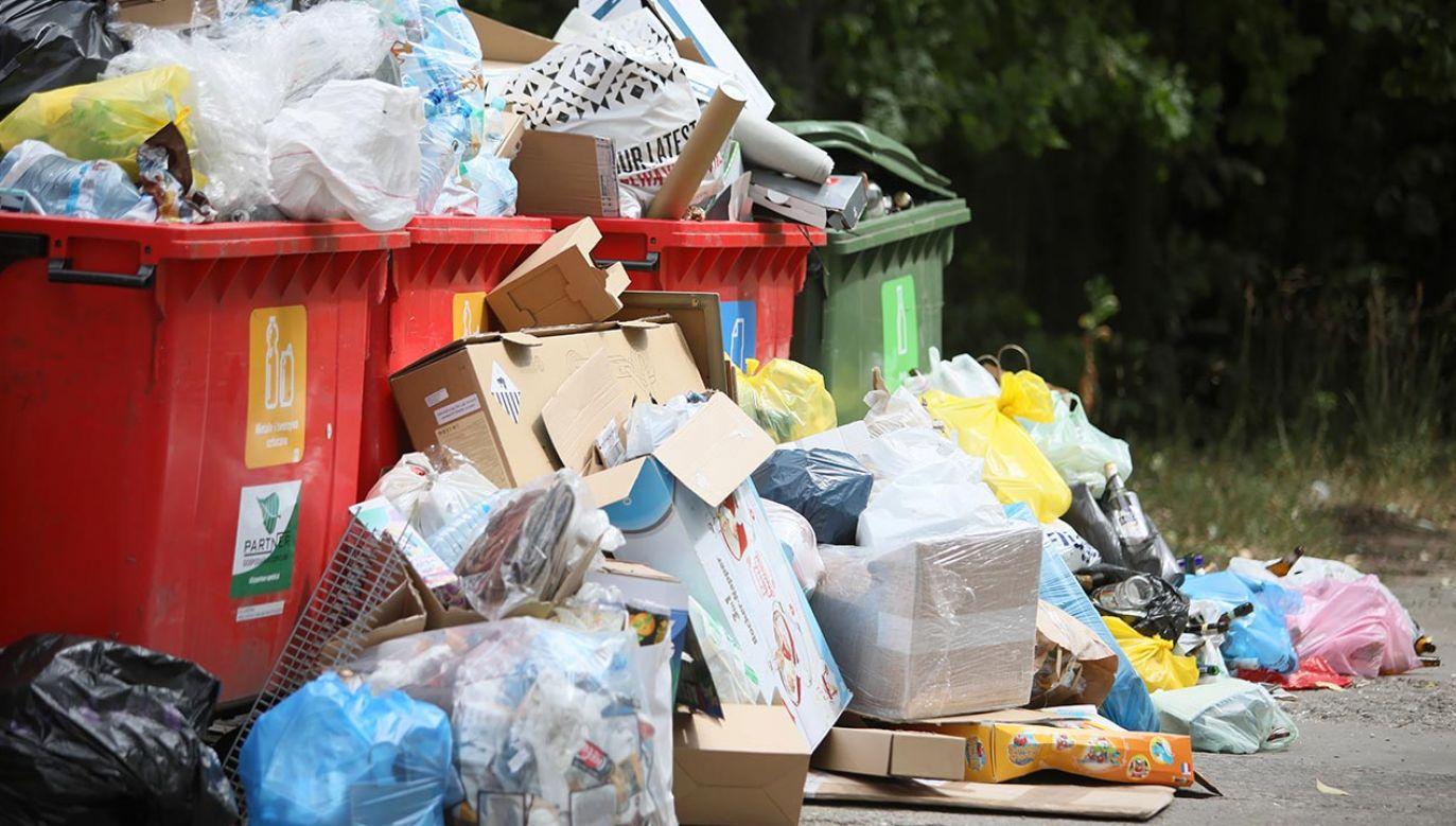 Za wywóz śmieci obecnie obowiązuje opłata zryczałtowana, różna dla mieszkańców bloków i domów jednorodzinnych (fot.  PAP/Leszek Szymański)