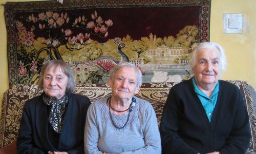 Trzy panie z Asun, koleżanki z jednej wsi, które po 1947 r. znalazły się ponownie blisko siebie (fot. Krzysztof Ziemiec)