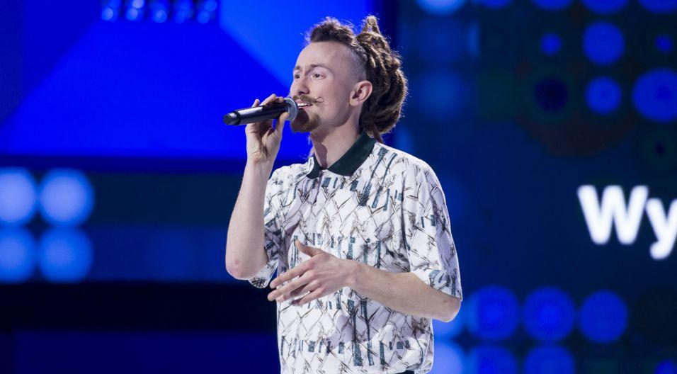 """Jan """"Elf"""" Czerwiński do swojego wykonania piosenki """"Za młodzi, za starzy"""" dołączył elementy beatboxu (fot. TVP)"""