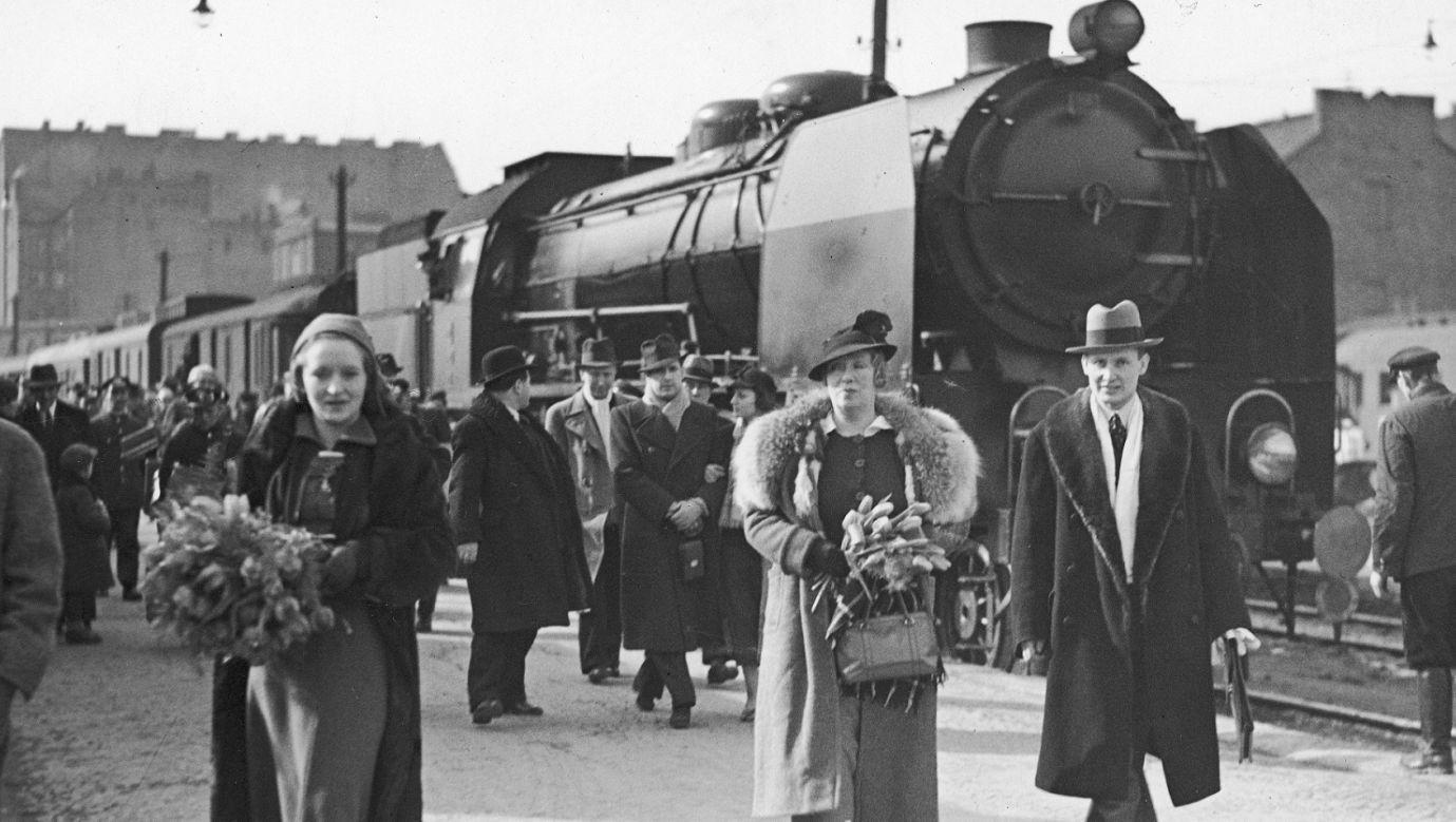 Pt 31 na dworcu Warszawa Główna w 1936 roku. Powitanie espołu teatru Komedii Francuskiej, przed parowozem m.in. Marcella Gabarre (1. z lewej) i Jane Faber (2. z lewej). Fot. NAC/IKC, sygn. 1-K-12430-2