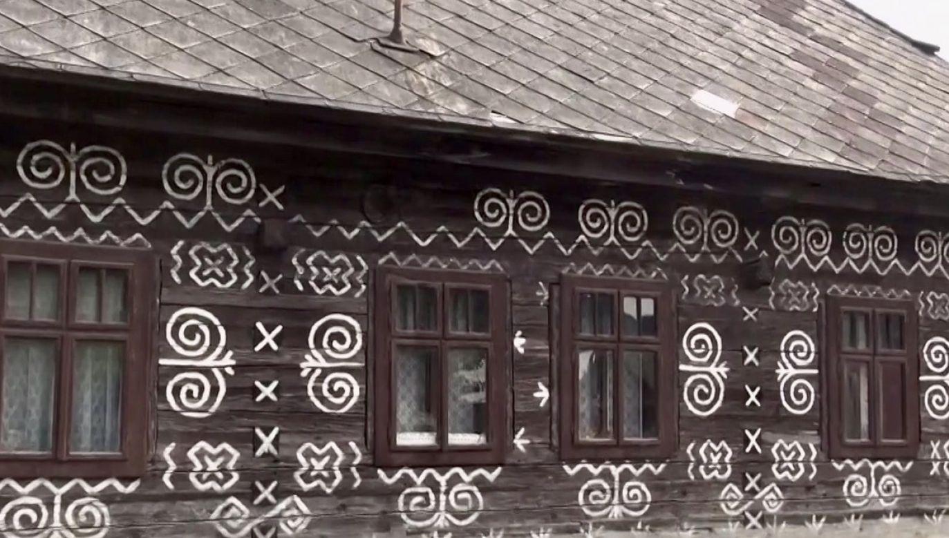 Cziczmany słyną z malowanych domów, z których aż 36 uzyskało status narodowych zabytków kultury (fot. TVP Info)