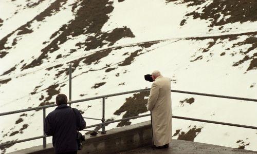 Zakopane 06.06.1997. VI pielgrzymka Papieża Jana Pawła II do ojczyzny. Ojciec Święty wjechał kolejką linową na Kasprowy Wierch. Z lewej osobisty fotograf papieża Arturo Mari. Fot. PAP/Radosław Pietruszka