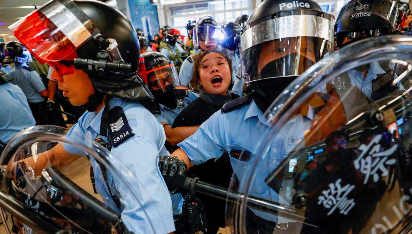 25 września. Trzeci miesiąc protestów. Policja zatrzymuje demonstrantów na stacji metra MTR Sha Tin w Hongkongu. Fot. Reuters/Tyrone Siu