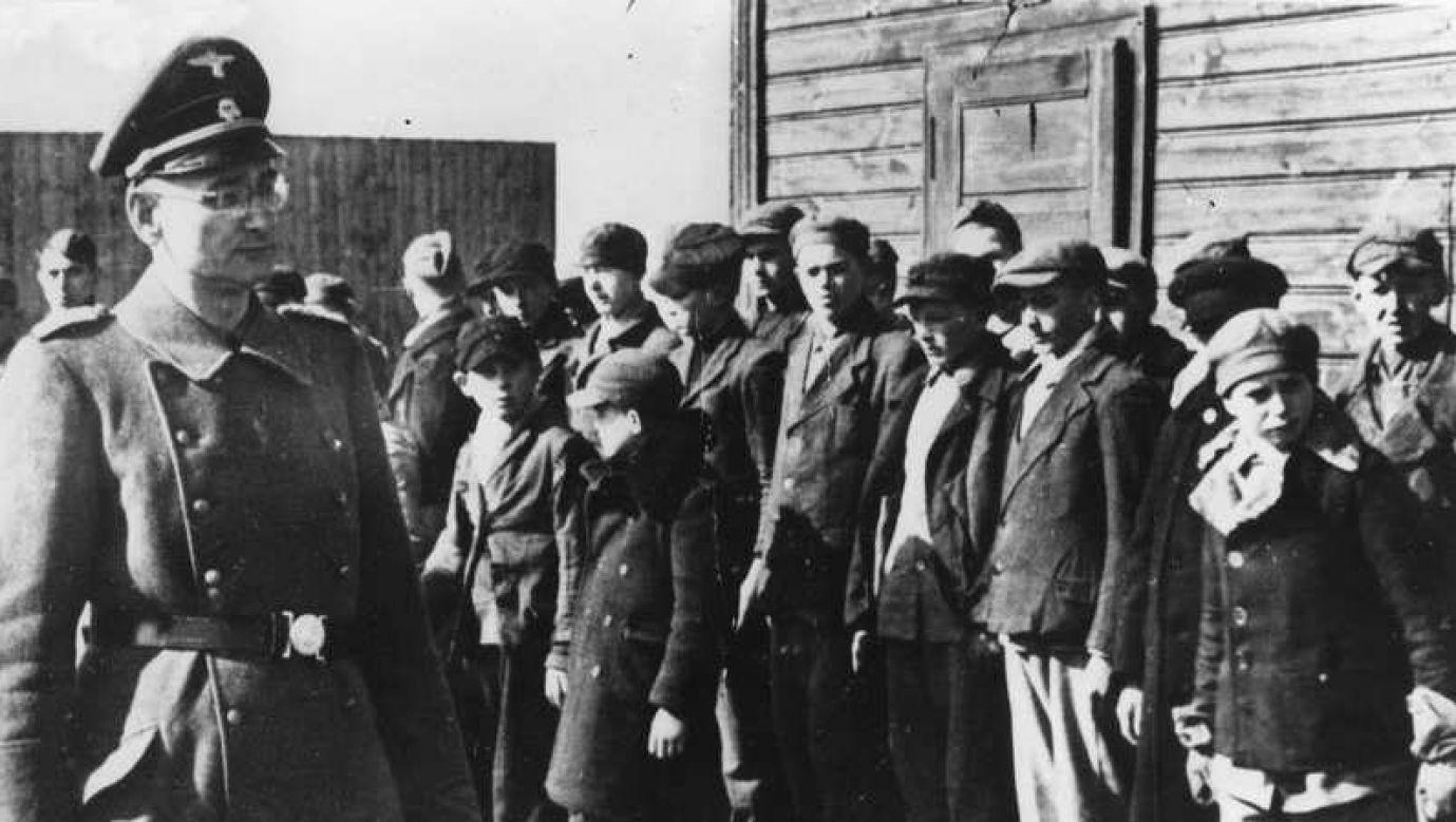Apel w niemieckim obozie koncentracyjnym dla polskich dzieci w Łodzi. Fot. Wikimedia