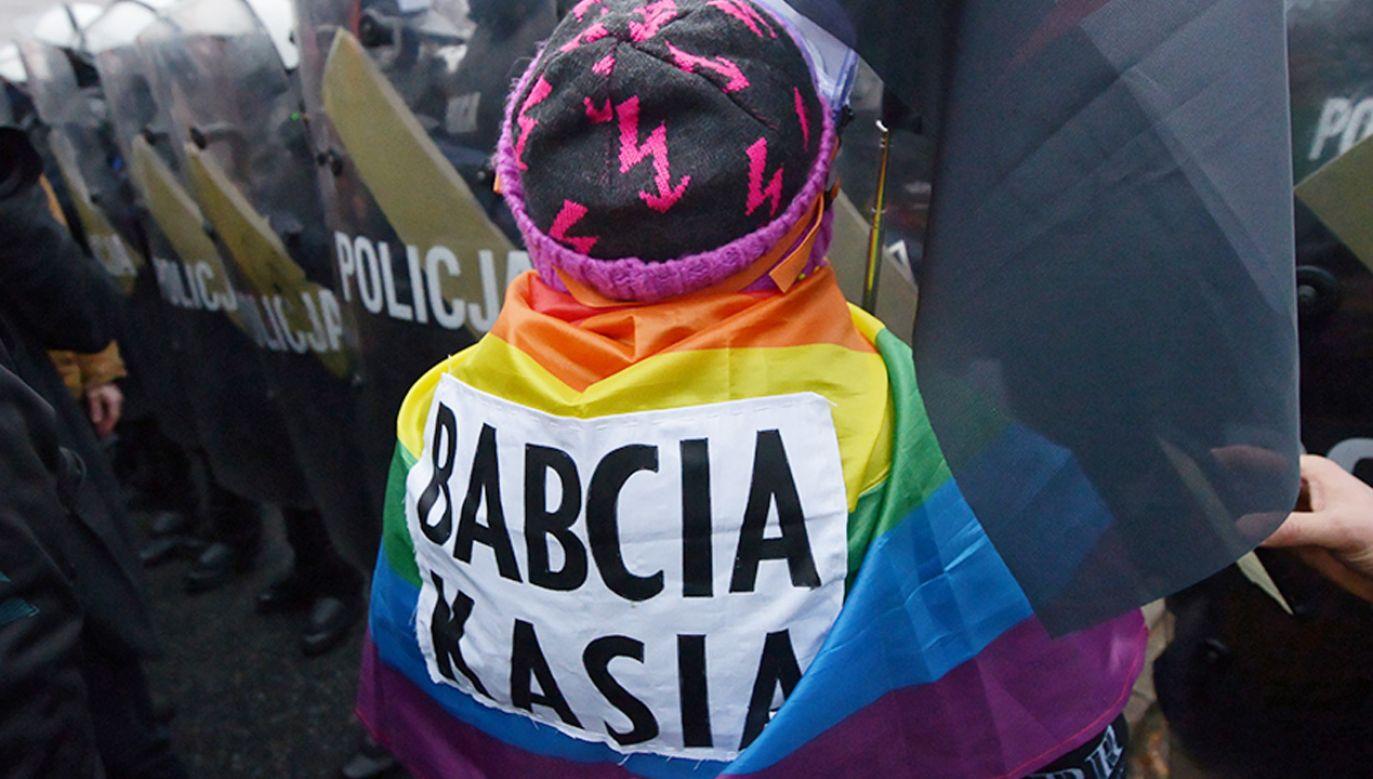 Babcia Kasia podczas jednego z antyrządowych protestów (fot. PAP/Marcin Obara)