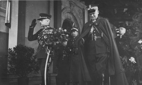 Honory od wodza dla wodza. Na pierwszym planie gen. Rastikis i marszałek Edward Rydz-Śmigły. Fot. NAC/IKC