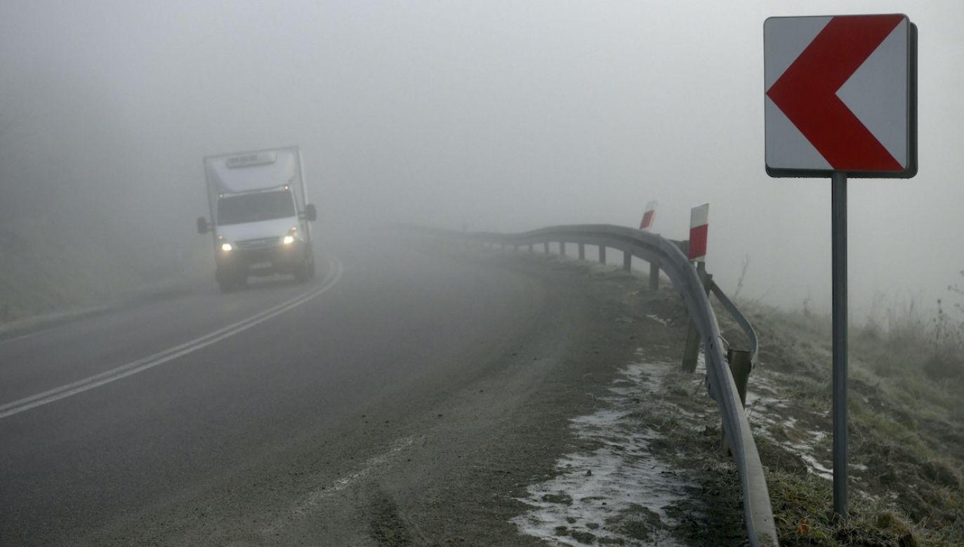 Widoczność może być ograniczona miejscami nawet do 100 m (fot. PAP/D.Delmanowicz)
