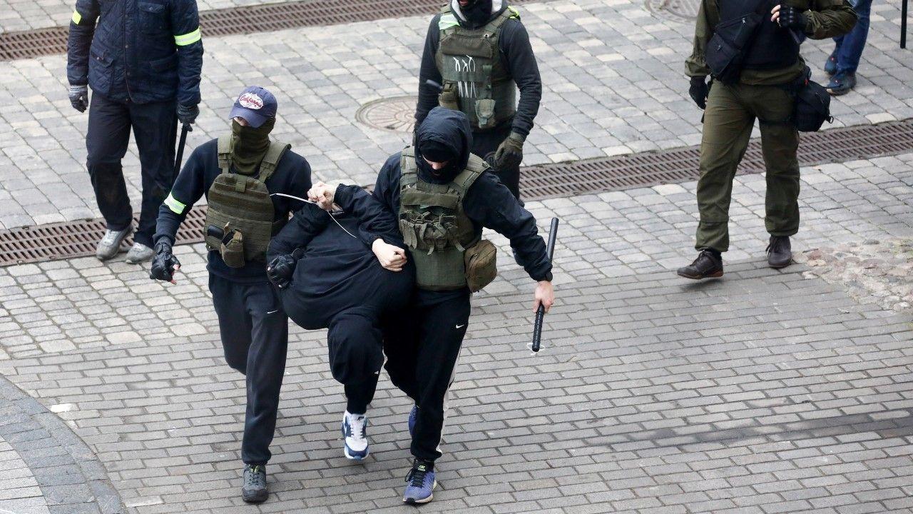 Ponad 800 osób zostało zatrzymanych w niedzielę na Białorusi podczas protestów (fot. PAP/EPA/STR)