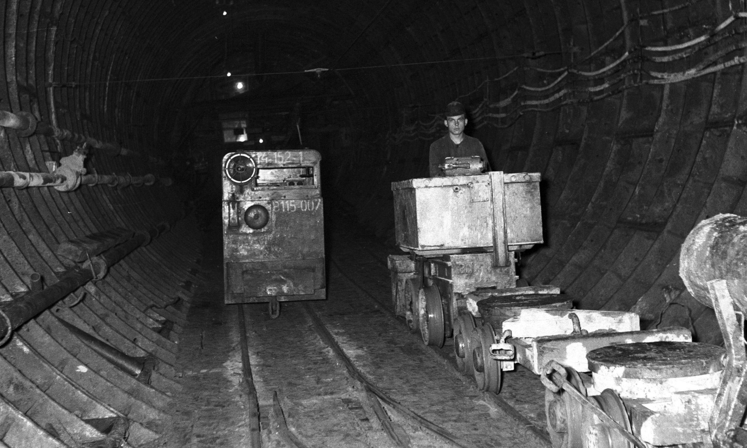 Wózki służące do wywożenia urobku oraz transportu materiałów budowlanych pod ziemią. Fot. NAC/Archiwum Fotograficzne Zbyszka Siemaszki, sygn. 51-220-21