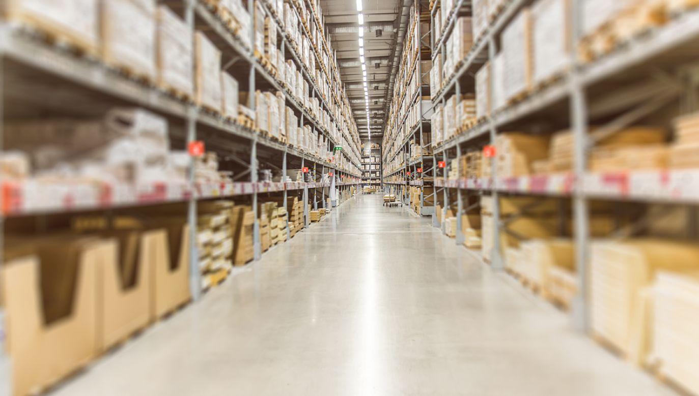 Oszustwo wyszło na jaw, gdy podczas przypadkowych poszukiwań otwarto jedną z paczek (fot. Shutterstock)
