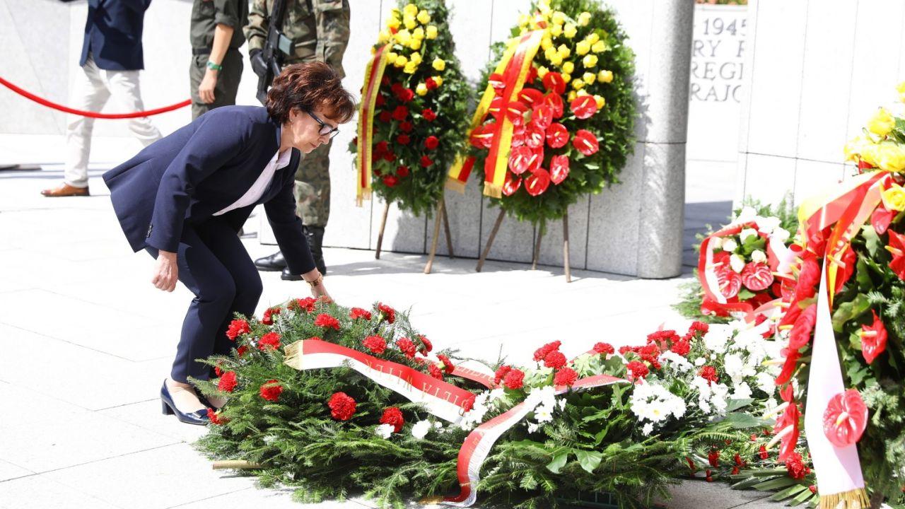 Elżbieta Witek wraz z prezydium Sejmu złożyła w sobotę wieniec przed Pomnikiem Armii Krajowej i Polskiego Państwa Podziemnego przed Sejmem (fot. PAP/Rafał Guz)