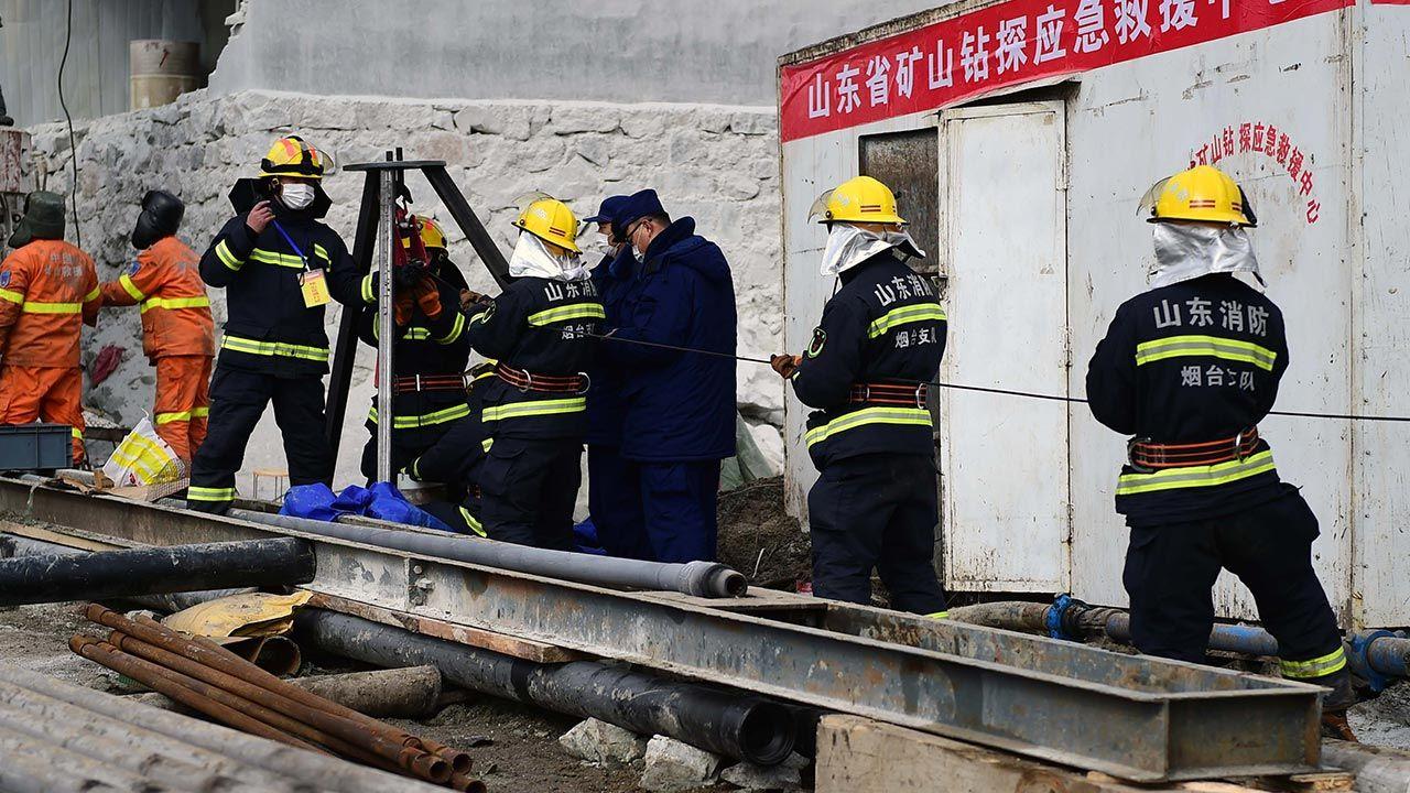 Ratownicy starają się dotrzeć do uwięzionych górników (fot. Yang Bing/China News Service via Getty Images)