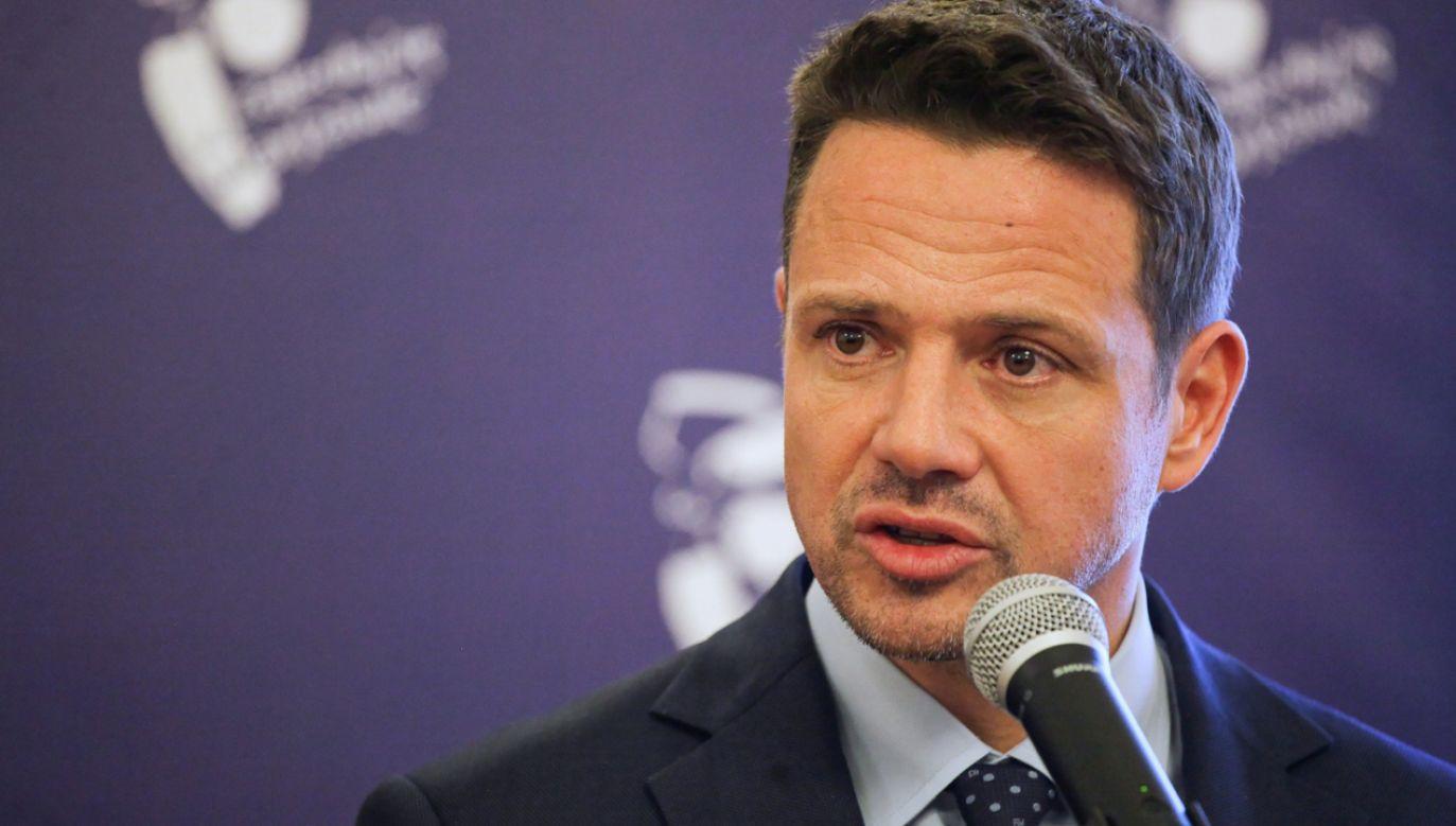 Rafał Trzaskowski wyjaśnił, że bardzo trudno byłoby prowadzić kampanię wyborczą, będąc prezydentem Warszawy (fot. PAP/Mateusz Marek)