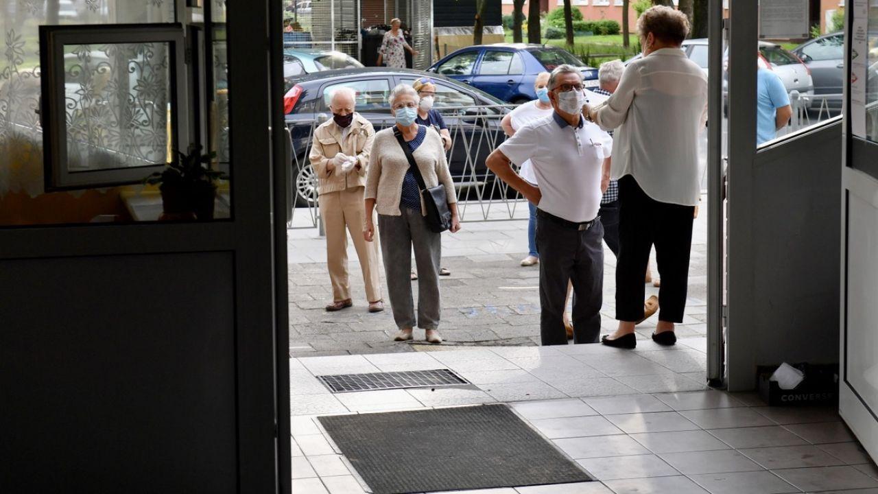 Kolejka wyborców, oczekujących na otwarcie jednego z lokali wyborczych w Szczecinie (fot. PAP/Marcin Bielecki)