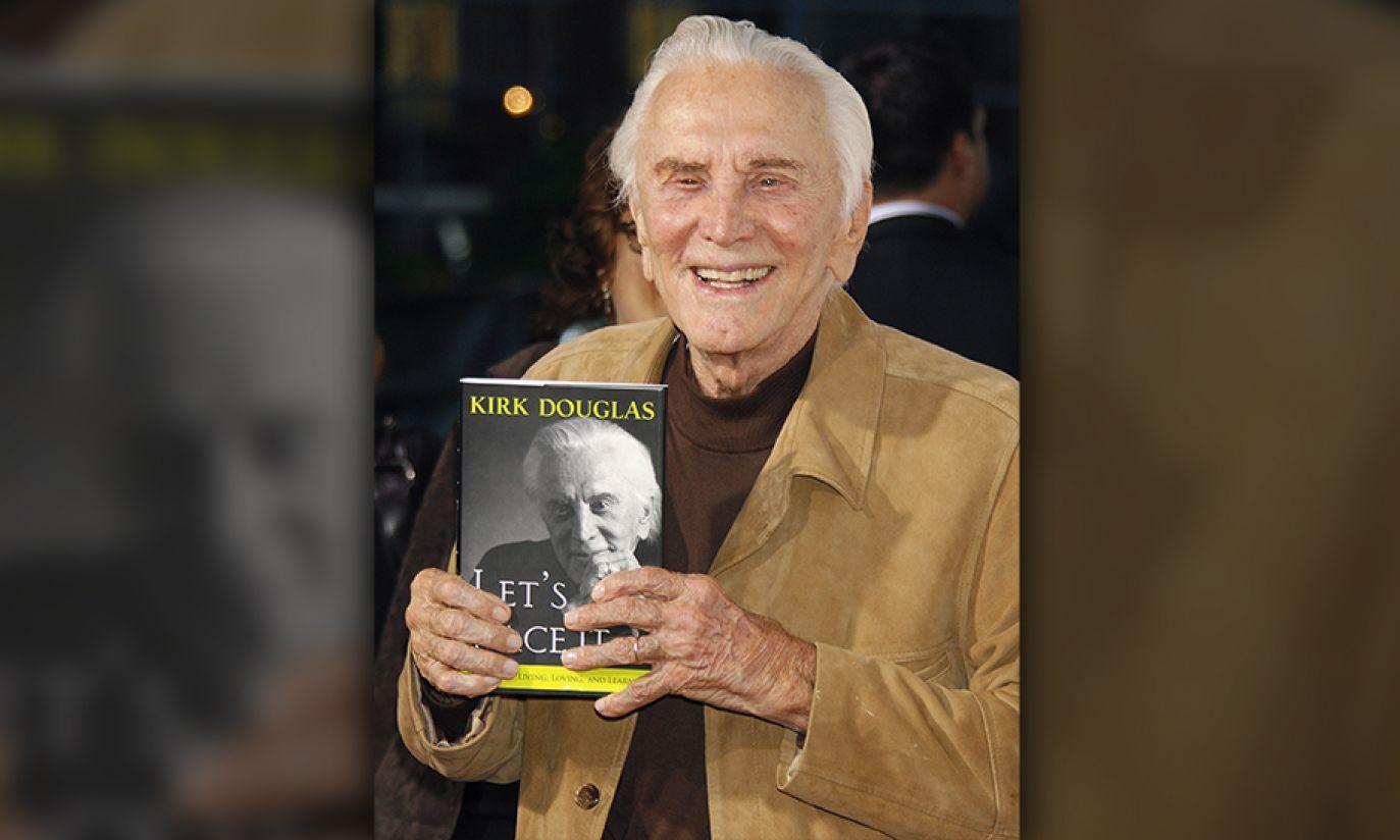 "Kirk Douglas pozuje se swoją książką ""Let's Face It"" w 2007 roku (fot. Reuters Pictures/Fred Prouser)"