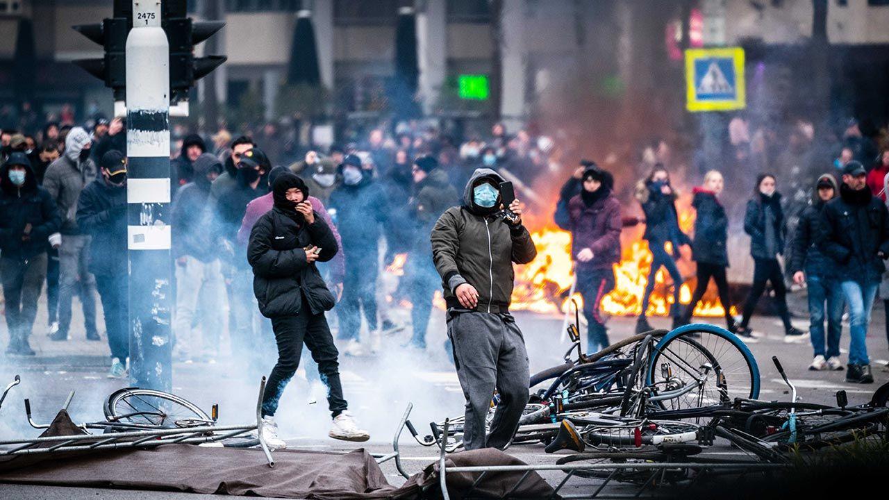 """""""Takiej przemocy nie widzieliśmy od 40 lat"""" (fot. PAP/EPA/ROB ENGELAAR)"""