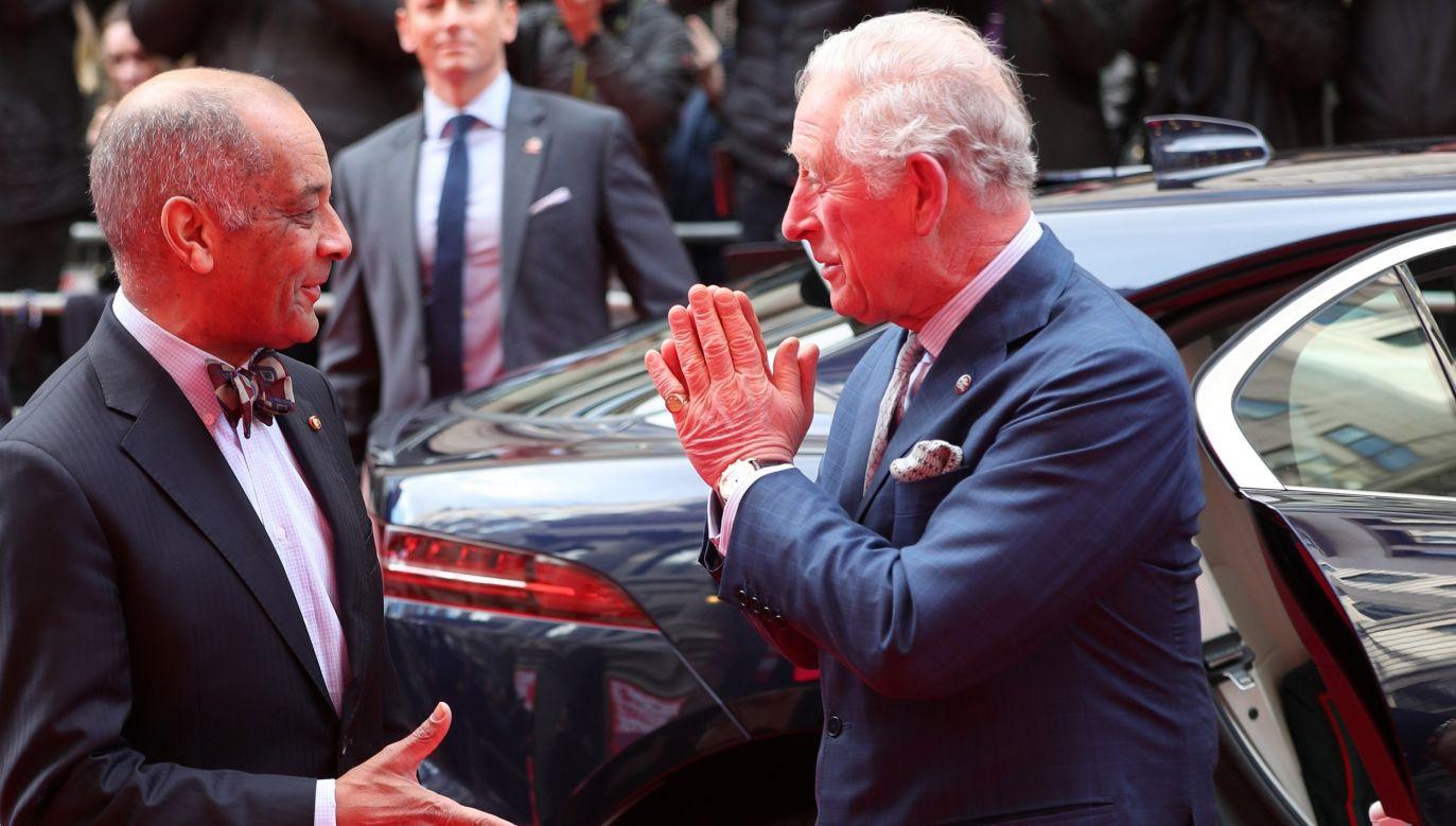 Książę Karol juz od jakiegoś czasu zamiast ściskać dłonie starał się używać hinduskiego znaku powitania Namaste. Na fotografii 11 marca 2020 z Kennethem Olisą, londyńskim przedstawicielem królowej. Fot. Yui Mok - WPA Pool/Getty Images