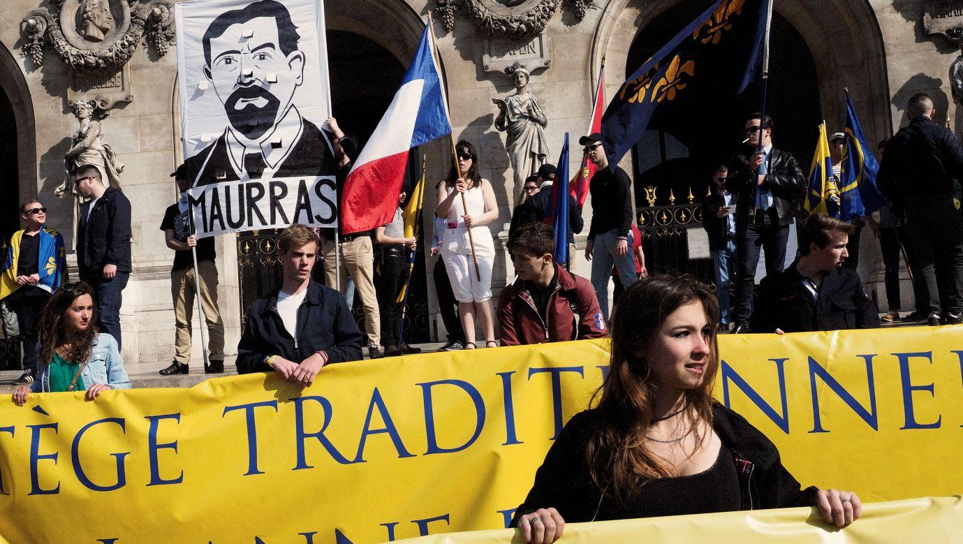 Demonstracja francuskich rojalistów i nacjonalistów z wizerunkiem Charlesa Maurrasa na transparencie w 2016 roku. Fot. Jerome Sessini / Magnum Photos / Forum