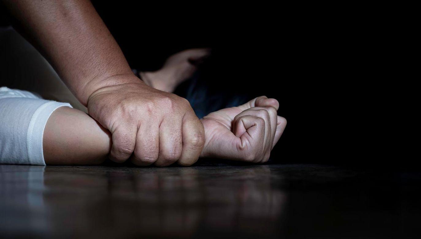 Wykorzystywał seksualnie pasierbicę (fot. Shutterstock/Doidam 10)