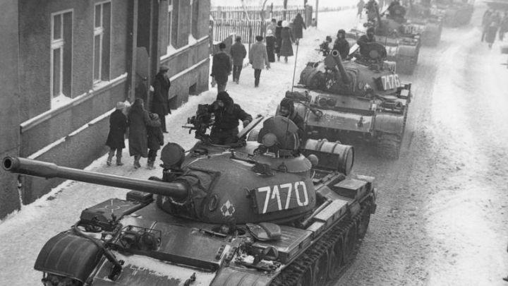 Znalezione obrazy dla zapytania czołg n aulicy stan wojenny