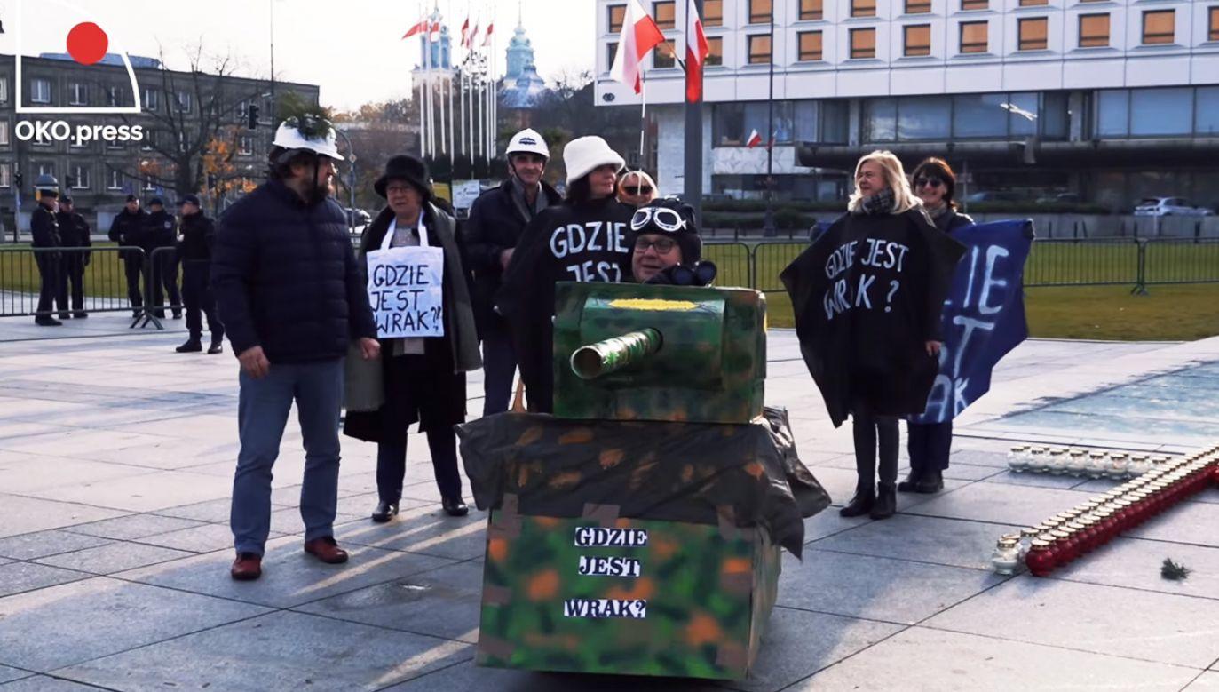 Na pl. Piłsudskiego mężczyzna w kartonowym czołgu jechał za schodzącymi z warty żołnierzami (fot. Facebook/OKO.Press)