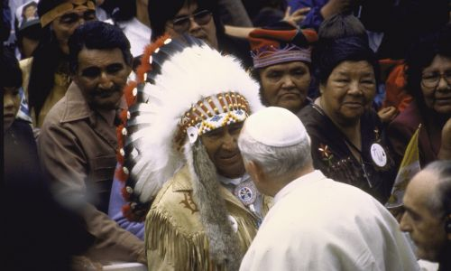 Spotkanie Jana Pawła II z Indianami, 1984 r. Fot. Francois Lochon/The LIFE Images Collection via Getty Images/Getty Images