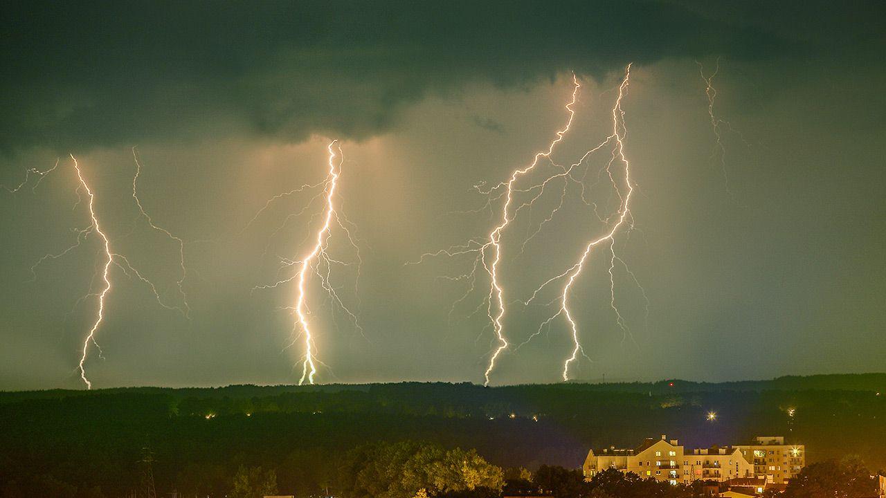Trzeci stopień ostrzeżenia oznacza ulewne deszcze i bardzo silne porywy wiatru (fot. Shutterstock)