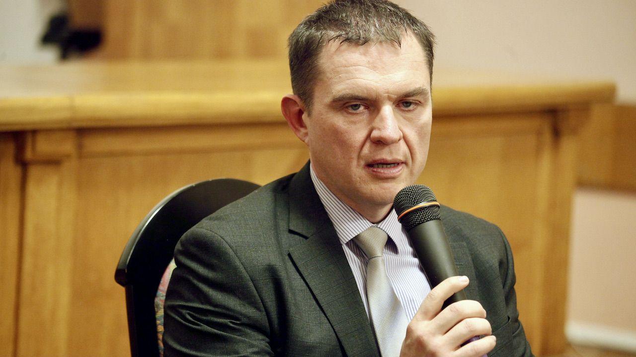 Białoruskie Stowarzyszenie Dziennikarzy poinformowało o przewiezieniu do aresztu w Żodzinie Andrzeja Poczobuta (fot. arch.PAP/Artur Reszko)
